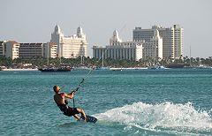 Kitesurfer bij de High Rise Hotels - klein
