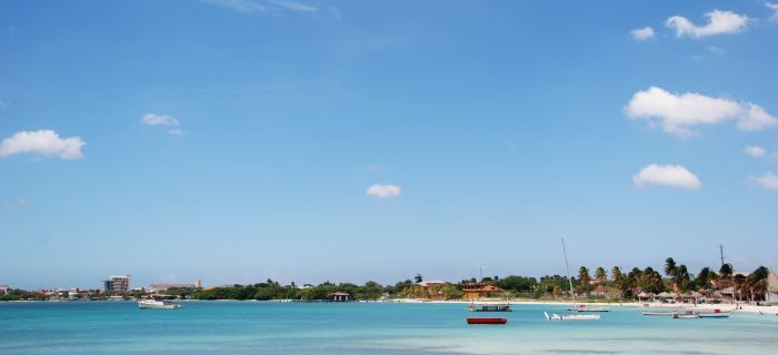 Blauwe hemel met weinig wolken op Aruba