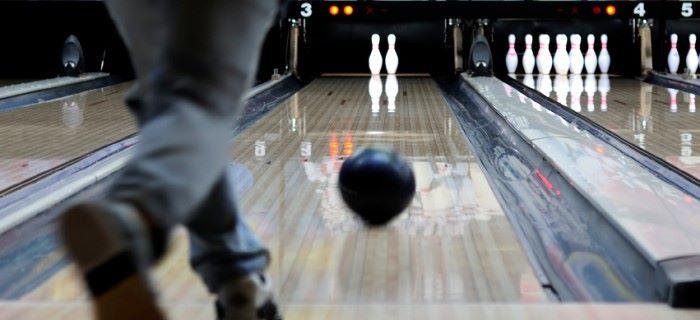 Een bowlingbal werpen