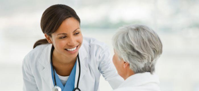 Een dokter praat met een patient in het ziekenhuis