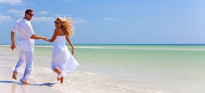 Een stel op huwelijksreis lopen op het strand