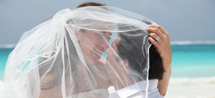 Een koppel gaat trouwen op het strand