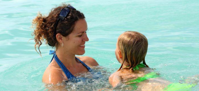 moeder en dochter zwemmen samen