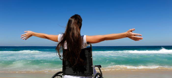 met een rolstoel op het strand