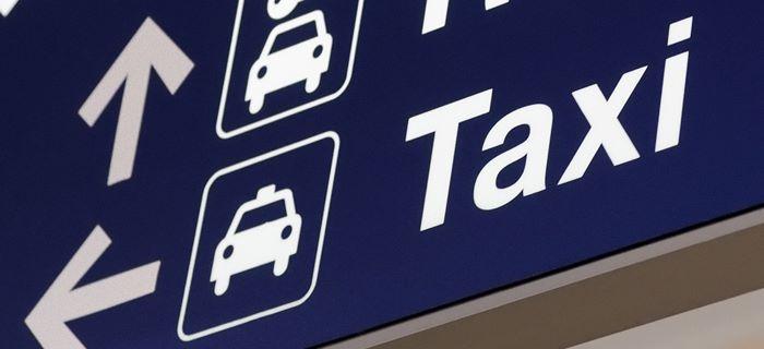 Taxi-staanplaatsen worden aangegeven op het vliegveld.