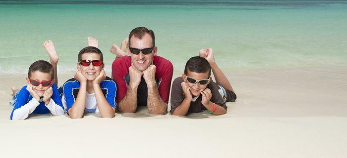 Vader met zijn kinderen op het strand