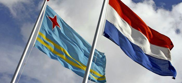 De vlaggen van Aruba en Nederland