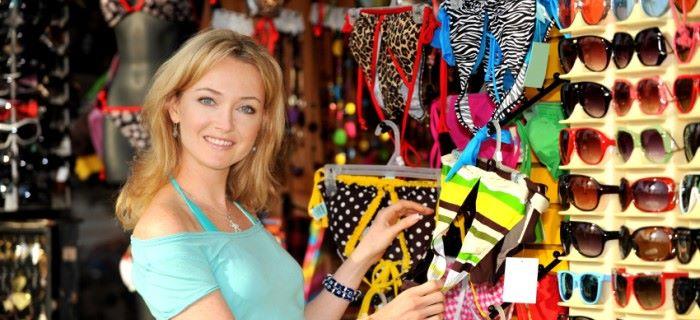 vrouw kijkt naar een bikini om te kopen in de winkel